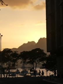 Coucher de soleil dans une rue de Mindelo